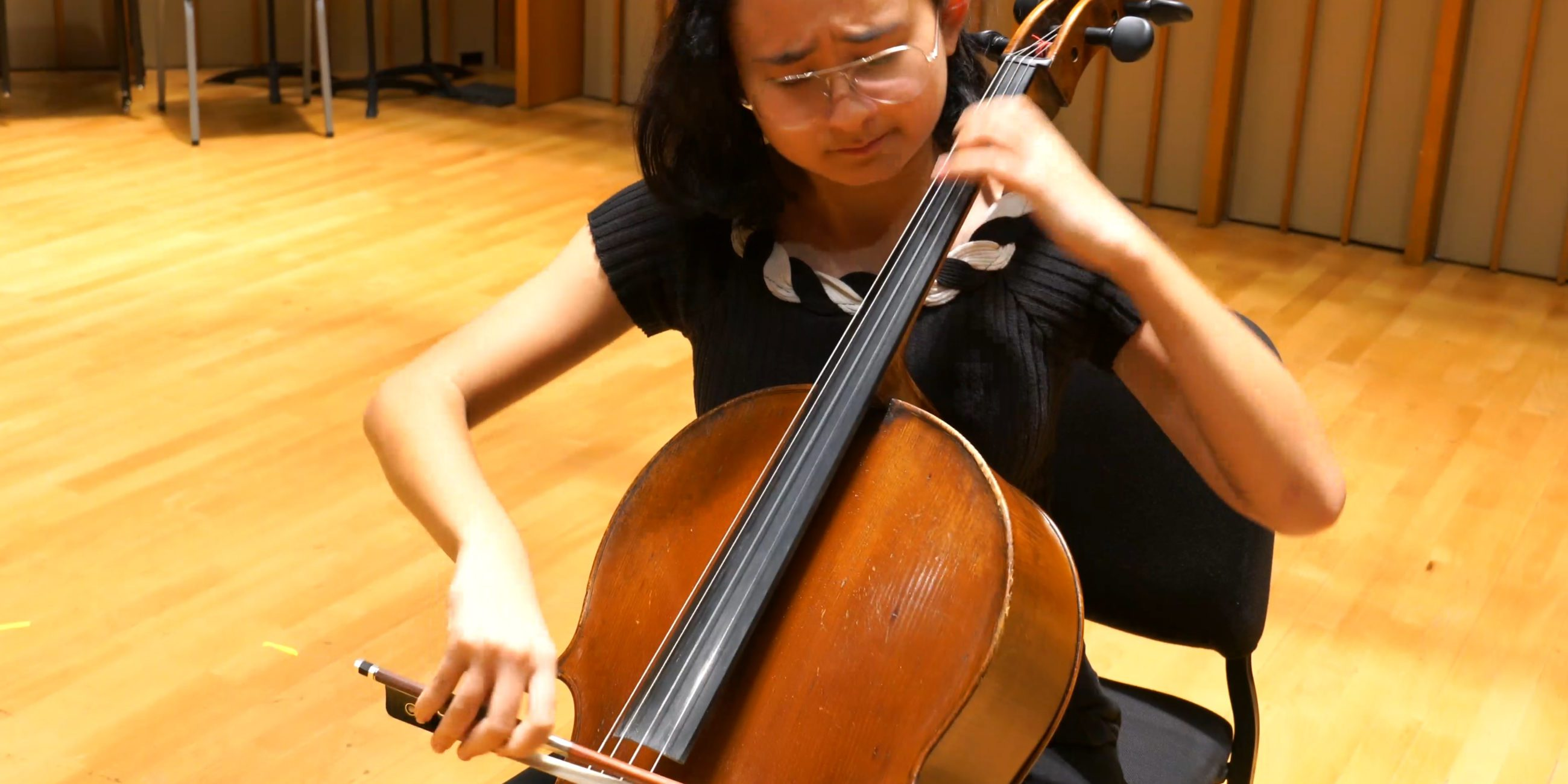 Sarah Kave performs Bach on cello.